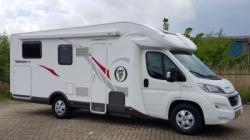 De Elnagh Baron 73 is een mooie halfintegraal camper met lengtebedden achterin en een electrisch bedienbaar hefbed voorin.